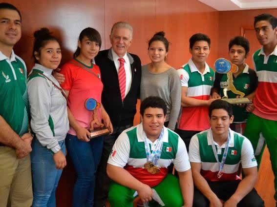 Carlos Padilla Becerra Recibe a Pesistas, Quienes Llegaron Triunfadores del Mundial Sub 17
